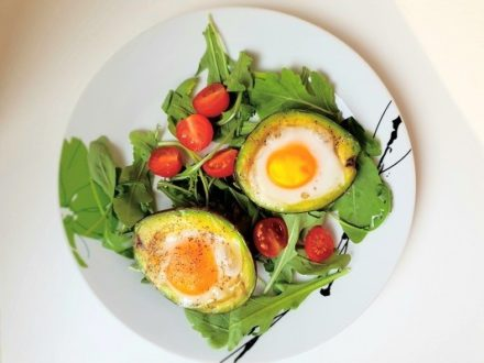 Jajka w awokado. Sposób wykonania w 3 minuty!