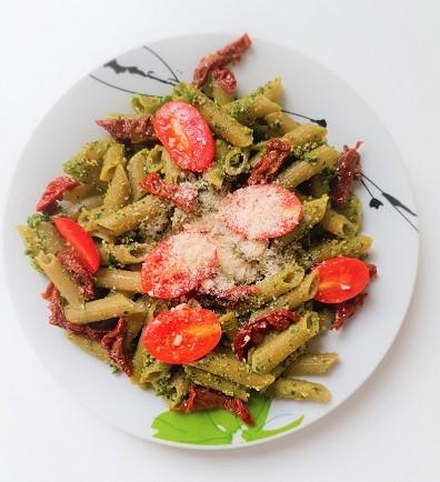 Makaron z zielonego groszku z pesto z nerkowców i pietruszki