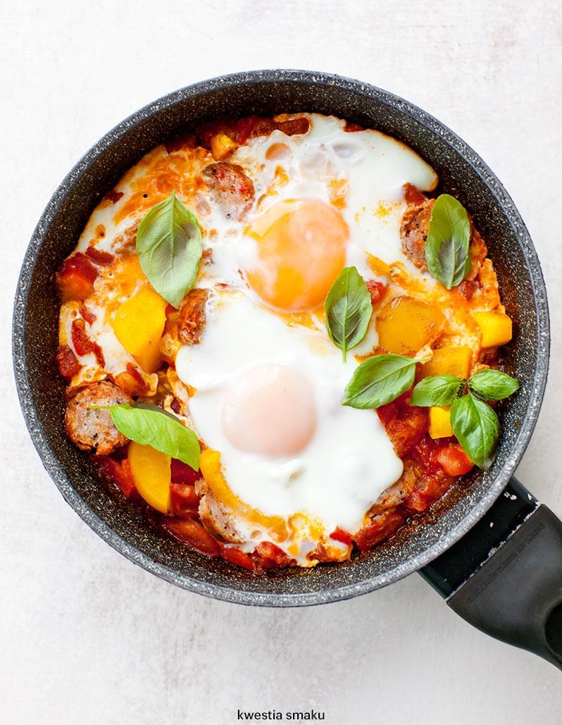 Szakszuka – jajka na pomidorach z czosnkiem/ 15 min